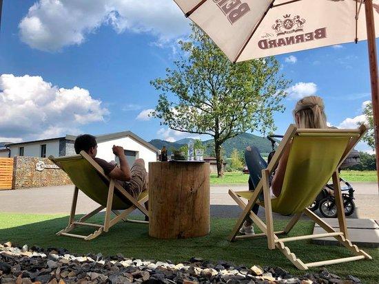 Frydlant nad Ostravici, Tsjechië: Relax v lehátcích před naši restaurací YDYKSEB