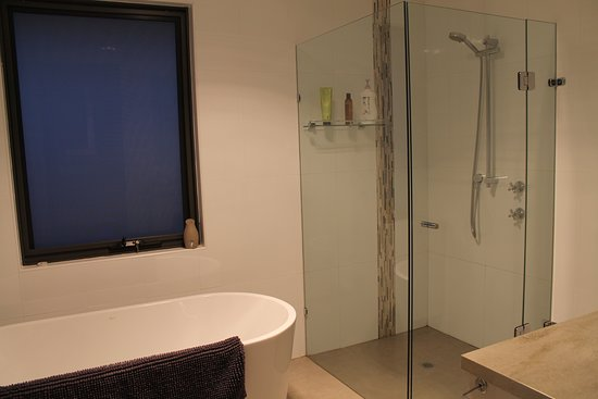 Dalwallinu, Αυστραλία: Shared Bathroom (Between Bedroom 2 & 3).  No Hobs in shower.