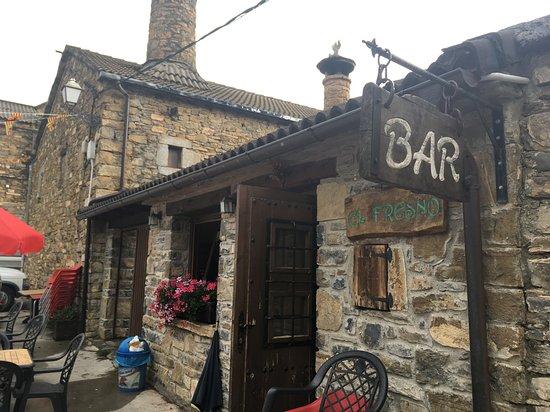 Buerba, Spain: El bar por dentro es pequeñito, solo tiene tres mesas, pero justo al lado dispone de una terraza