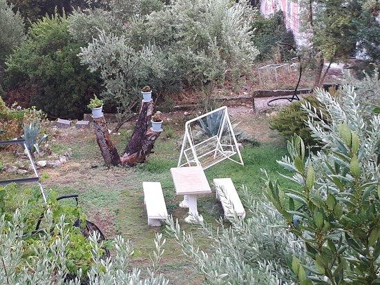 Arbanija, Kroatien: De 'tuin' met kapot meubilair