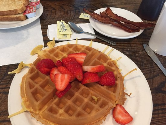 Lake Saint Louis, Миссури: Beverly got her Belgian Waffle with fresh strawberries.