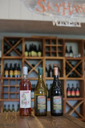 Paonia, Колорадо: Tasting Room.  SkyHawk Winery - new releases,  Pinot Noir Rose',  Tiny house Chardonnay & Pinot