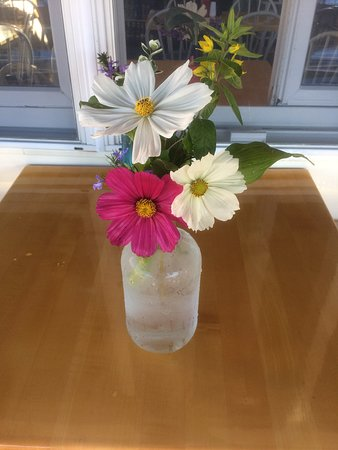 Blue Moon Cafe: Flowers on the table