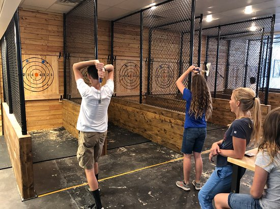 Πρόβο, Γιούτα: Two people throw axes at the same time.