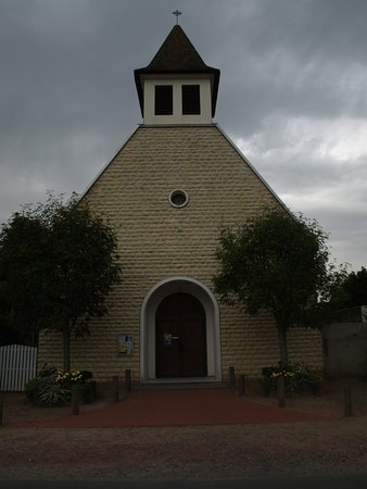 Merville-Franceville-Plage, Francja: Exterior view of church 2