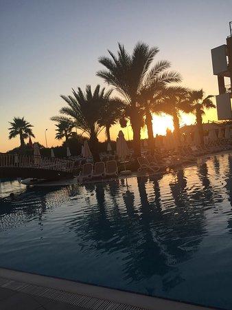 Hotellin allasalue auringonlaskun aikaan