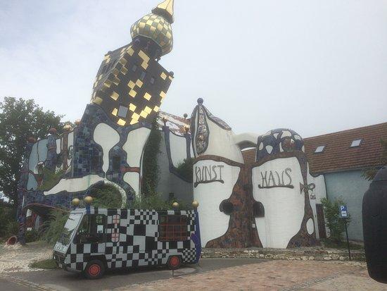 Abensberg, Tyskland: Das Kunsthaus; Hundertwasserausstellung