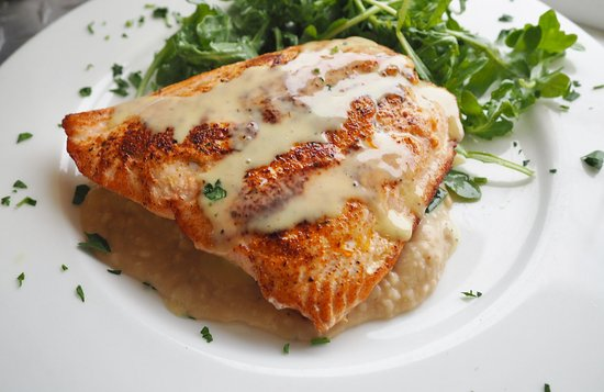 Normandy Beach, Nueva Jersey: pan seared salmon over white bean puree and arugula