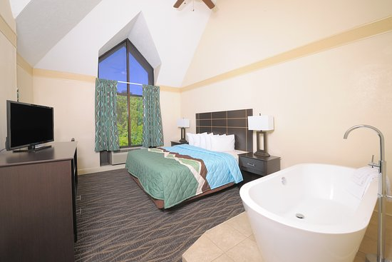 Country Cascades Waterpark Resort: King bed with Soaking Tub