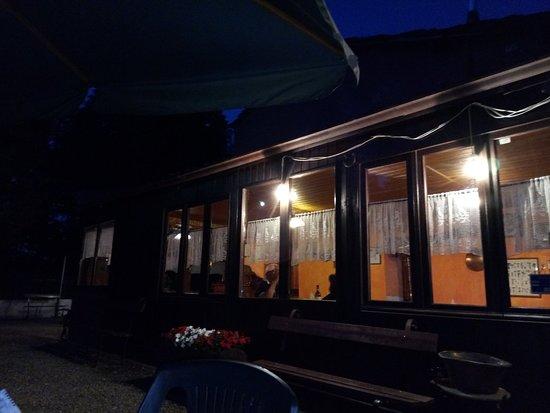 Angrogna, Италия: Trattoria Sonagliette dal giardino la sera