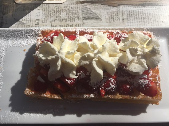Ruisbroek, Belgia: The famous strawberries and cream waffle !