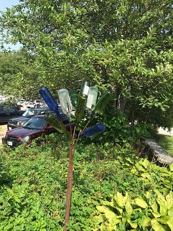 Ware, Массачусетс: Bottle Tree outside the entrance