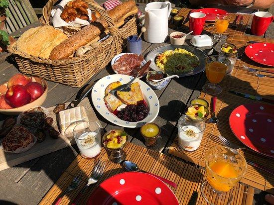 Sint-Lievens-Houtem, België: Heerlijk ontbijten in de tuin!