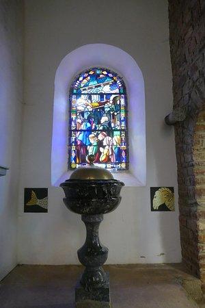Tréhorenteuc, France : Le fond baptismal
