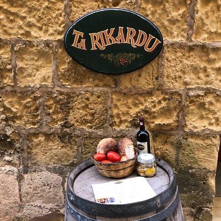 Ta' Rikardu - Cheese and Wine: Raviolis de Gozo et plateau de fromages de Gozo avec légumes frais.