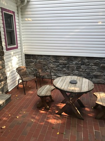 Donna's Premier Lodging: Outside, private patio with grill