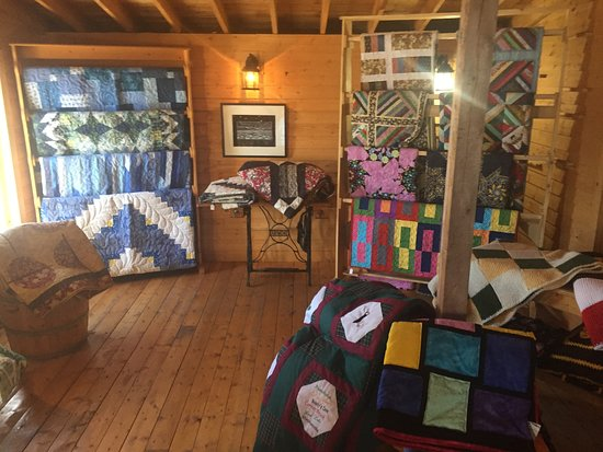 Woody Point, Kanada: Browse local Newfoundland quilt craft in room next to dining hall.
