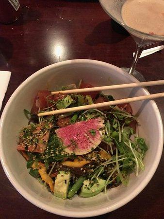 Skaneateles, Estado de Nueva York: Awesome salad with seared tuna & calamari - pretty sure. I did have 2 of those chocolate martini