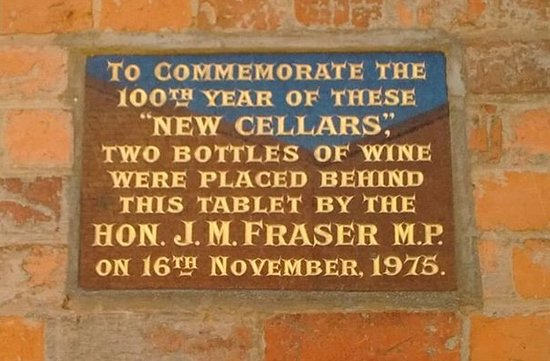 Tabilk, أستراليا: Plaque laid by Malcolm Fraser at Tahbilk just days after the Dismissal