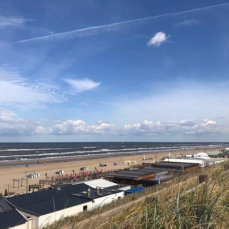 Zandvoort aan Zee: Super weitläufiger Sandstrand mit vielen kleinen Restaurants/Bars/Cafés direkt am Strand.