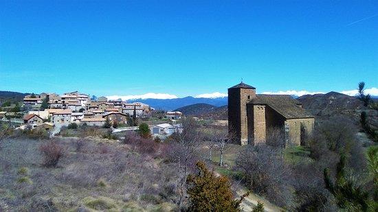 Bagues, Spagna: Vista del Bagüés con la iglesia de San Julián y Santa Basilisa en primer término
