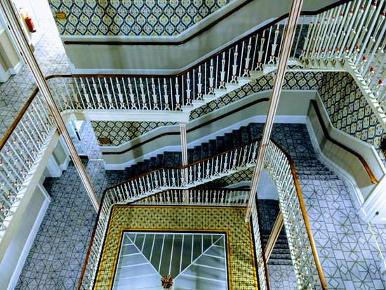 Queens Hotel Cheltenham - MGallery by Sofitel: Ornate original staircase