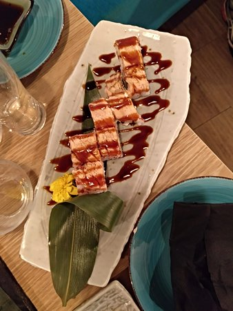 Rolls de salmón con huevos de pez volador, queso,...