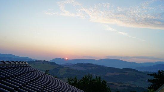 Muccia, İtalya: Il panorama all'alba.