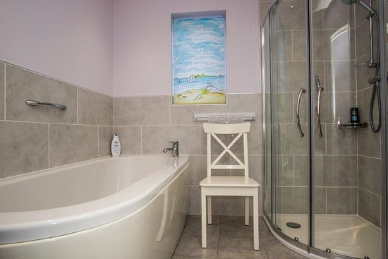 Andreas, UK: Sunset View Cottage family bathroom
