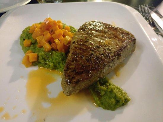 Tavulin Bistro: Atun con puré de guisantes y zanahoria
