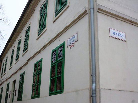 Rožná budova fary Nitra-Dolné mesta na rohu Farskej ulice a Na Vŕšku
