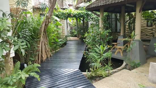 Rummana Boutique Resort: path between the bungalows