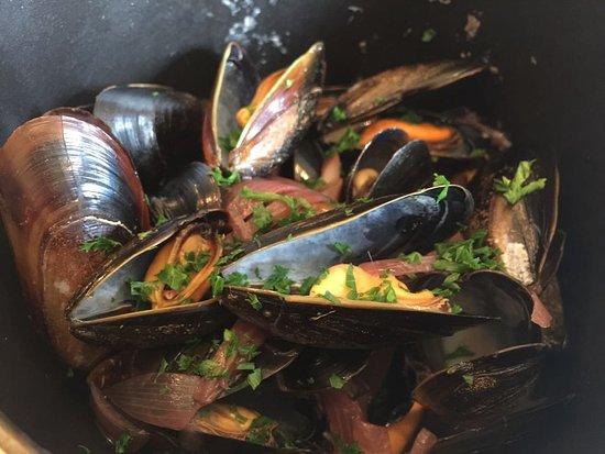 L'Escargot Bleu Restaurant: Lovely Muscles but a little over seasoned