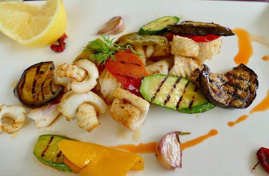 Al Marsa: Excellent grilled calamari lunch