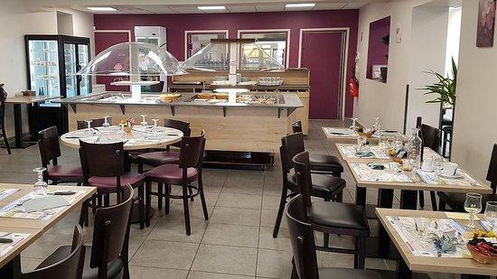 Vivy, Francia: salle avec buffets