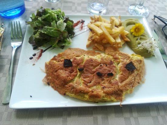 Vendoire, France : omelette aux truffes (photographiée de près)