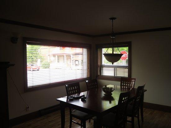 Les Menus-Plaisirs: Table dans un des 3 appartements