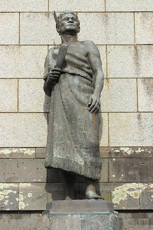 One Tree Hill (Maungakiekie): Statua