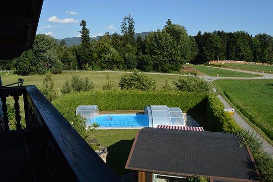 Lalling, Nemecko: Blick auf Gartenhaus und überdachten Pool