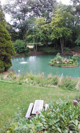 Brewood, UK: Pool in the gardens.