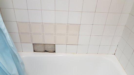 Vilaller, Spain: Faltaban dos azulejos en la bañera, que estaban en el suelo del baño.