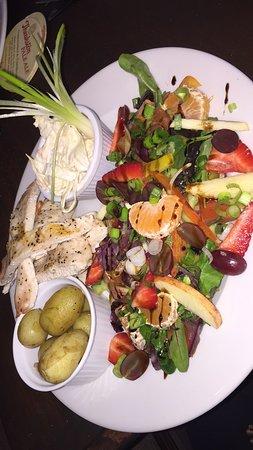 Retriever Bar & Restaurant: Grilled chicken salad