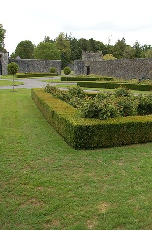 ‪‪Portumna Castle‬: Gardens at the front of the castle‬