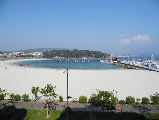 Vista frontal de la playa de Blatar desde el centro de Portonovo