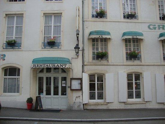 Valognes, Francja: вход в ресторан