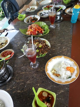 Curup, إندونيسيا: Resto dengan pemandangan tepi sawah