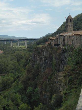 Castellfollit de la Roca, Spain: Pueblo de Girona situado encima de un risco basáltico
