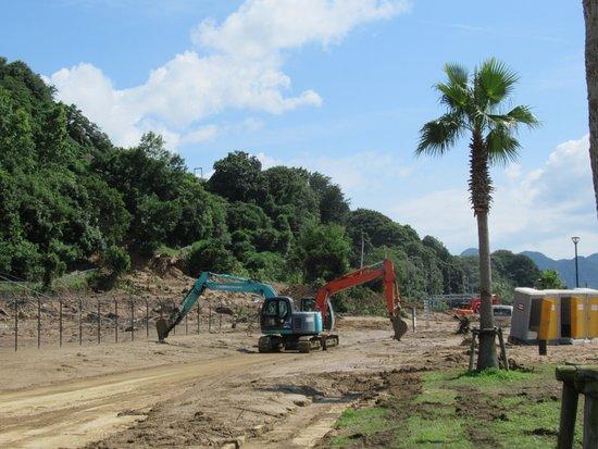 Saka-cho, Japan: 重機が土砂を撤去しています