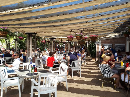 Paradise Cove Beach Cafe: covered outdoor area...a longer wait to eat here