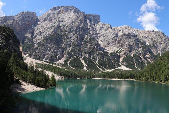 Braies, Italy: Il lago, incantevole, va visitato nelle prime ore della mattinata con luce stuoenda